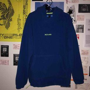 ball mörkblå hoodie med coola neongröna detaljer. köpt på pull & bear i somras men är i perfekt skick:)