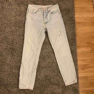 Jättesnygga jeans från Zara. Sitter skitsnyggt och jättebra skick. Nypris 500kr. Kan frakta men köparen står för frakten. Kontakta för fler bilder eller frågor. 💛pris kan diskuteras vid snabb affär