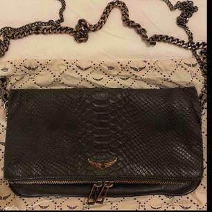 Säljer min superfina väska från Zadig & Voltaire i ormskinn.  Säljer den då jag vill köpa en ny. Båda orginal kedjorna följer med vid köp.  Buda från 800 kr!   Köparen står för eventuell frakt. BUDA!! 😍😍  (Kan även gå med på att byta mot jordans)