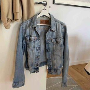 Snygg enkel jeansjacka från crocker. Sparsamt använd så fint skick! Frakt : 63 kr😊