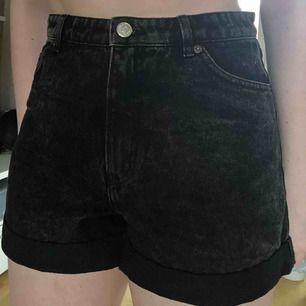 Jeansshorts, ytterst sparsamt använda. Köpare står för frakt.