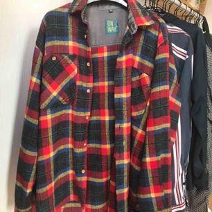 Flannel skjorta! Funkar bra som jacka då det är lite tjockare material! Frakt 66kr