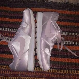 Knappt använda skor från nike