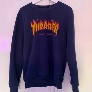 Thrasher hoodie, (fake) ny pris 400kr ett litet hål längst ner dock inget som stör mig då de är lätt att vika in kanten så de inte syns, annars lätt att su för den som vill,