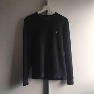 En mörkblå sweatshirt från Lyle & Scott. Storlek S. Säljes då den inte blir använd längre. Bra skick. Muddar och sidorna är i ett lite ljusare material(stickat ish) Köpare står för frakt:) Kan tänka mig att gå ner i pris ifall att nån hör av sig:)