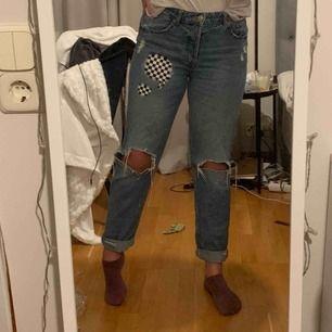 Boyfriend jeans i fint skick, handmålade fram och på högra bakfickan. Håller i tvätten.