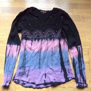 Sparsamt använd batikblus i krinklat material. Märkt som en L men liten i storlek så mer en S/M. Priset är inkl vanlig frakt.