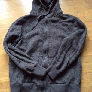 Sparsamt använd grå hoodie med massa print, bla döskallar. Storlek M. Se bild 2 o 3 för närbilder på print, färgen stämmer med bild 1. Priset är inkl vanlig frakt.
