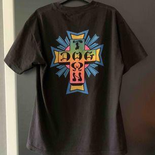 En Oversized T-shirt från märket DOGTOWN skateboards, snyggt tryck på ryggen och funkar till allt. Använd 1 gång, bra skick Nypris: 270kr Storlek: M
