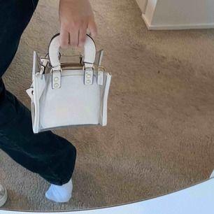 Jätte söt mini väska köpt i Paris. Valfritt om att ta ut insidan ifall man vill ha väskan helt genomskinlig.