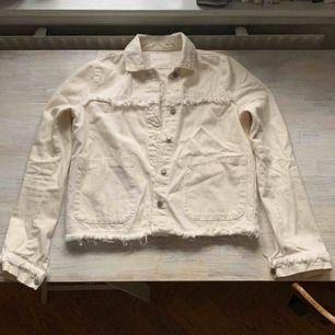 Vårig jacka från Zara. Färg:off-white, denimliknande material men tunnare än en jeansjacka. Storlek XS. Endast använd 1 gång: fint skick.       Frakt tillkommer📬
