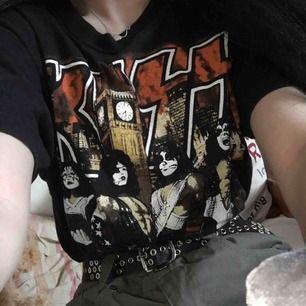 """Supercool Kiss tröja, strl M men passar fint oversize på mig som är XS. Finns även ett tryck på ryggen med texten """"I wanted the best I got the best"""" Köpt av min pappa på en Kiss konsert 1998 så den har ju några år på nacken men inte alls mycket använd!"""