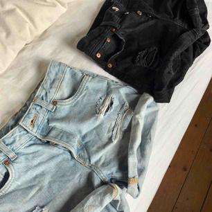 Säljer mina shorts från Monki på grund av att de är för små😕 Båda är i storlek 25, men skulle säga att de passar 24 också. Ett par shorts kostar 60kr och båda tillsammans 100kr, mer bilder kan skickas vid intresse🎈Köparen står för frakten🤗