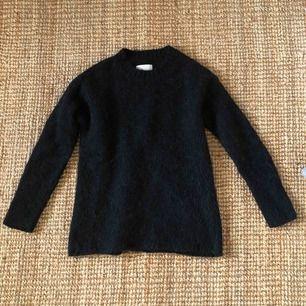 Belle o neck i svart från Samsoe! 40% ull, 40% alpacka, 10% nylon. Möts upp eller fraktar för en liten summa :)
