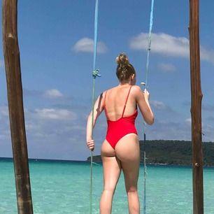 Röd baddräkt med djup urringning både fram och bak med gulddetaljer, använd fåtal gånger! Pm för fler bilder