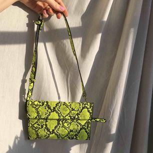 en SUPER cool väska som går att justera hur lång man vill att de. ska vara 🥵 du kmr definitivt att sticka ut 😍 väskan är i två delar, perfekt som neccessär! köpare står för frakt💓
