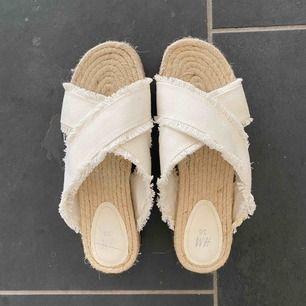 Somriga sandaler från H&M! Köpta förra sommaren och bara använda i ca 15 min då jag insåg att de var för stora (har vanligtvis 37). Lite platå! Pris kan diskuteras 🤍 Frakt 88kr, eller så möts vi upp!