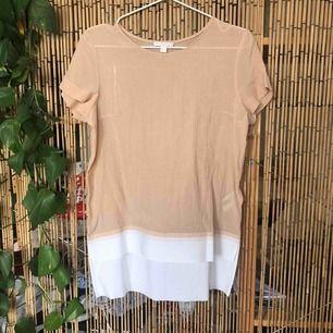 """T-shirt /blus ifrån COS. Övre del: 73%bomull & 27%silke Under del (vit del): 100% bomull Underdelen är i lite """"hårdare material""""   Köpte second hand, använt någon gång.    Köpare står för eventuell frakt annars kan jag mötas upp i Stockholm :)"""