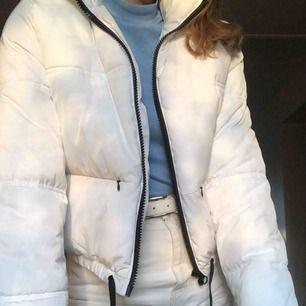 Snygg vit jacka från HM. Säljs eftersom att den inte kommer till användning 💛 Inte använd så mycket!