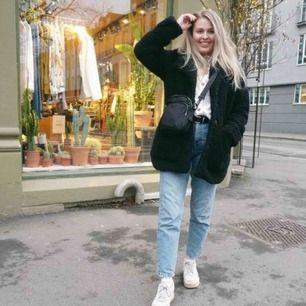 Super snygg varm oversized pälsjacka från Monki! 😍 Storlek M, men passar mig som vanligtvis har 36/S i jackor. Använt sparsamt, så jackan är i super fint skick. Säljer pga jag har en ny jacka. Nypris 700kr.  Kan mötas upp i Lund ☺️