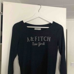 Mörkblå långärmad tröja från abercrombie & fitch