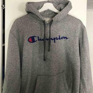 jättesnygg grå hoodie från champion. köpt för 599. nyskick💗