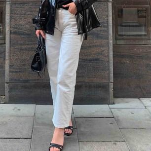 vita mom jeans. passar mig som är 170. köpa för 400kr, endast använda två gånger