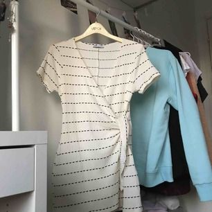 Jättesöt playsuit med omlottknyte i en härlig krämvit färg från Zara. Nästan aldrig använd, säljer då den tyvärr inte kommer till användning och behöver ett nytt hem😊