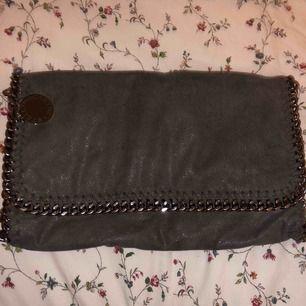 Stella McCartney väska i grå, väl använd. Köparen står för frakten. Ordinarie pris: 6000kr