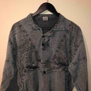 Så jävla snygg tröja som jag aldrig använt då jag av någon anledning inte trivs i den 🤷♂️🤷♂️  Den har resor längst ut i armar och längst nere vid midjan :)