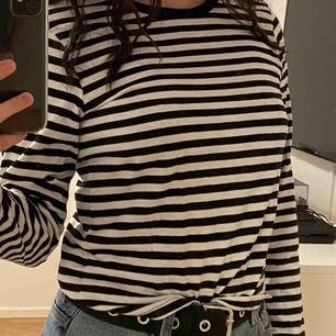 As nice randig långärmad tröja i storlek XS men passar mig som vanligtvis har S-M💗