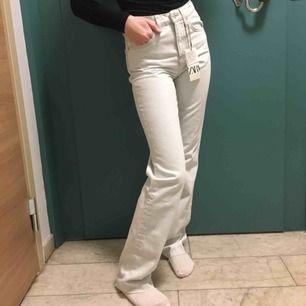 (Bilder på min kompis) säljer dessa jättesnygga byxor från zara. Dom är endast testade med alla lappar kvar, köpte dom för 549kr dom är slutsålda på hemsidan💞💞
