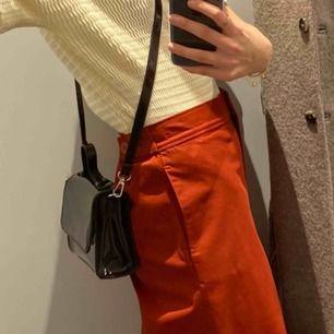 Säljer denna lilla handväska från weekday, ej exakt samma som andra bilden för min är i lack inte tyg, men samma modell!!