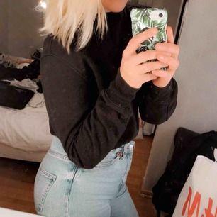 Mysig svart sweatshirt  99kr inkl frakten