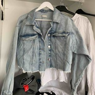 Jeansjacka från Gina tricot. Köpt för 500kr. Säljer jackan pågrund av att den inte faller mig på smaken längre.