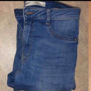 Molly jeans från Gina! Säljs pga av att dom är lite för stora för mig :) jätte stretchiga highwaist. Passar s-m Frakt 30 kr❤️