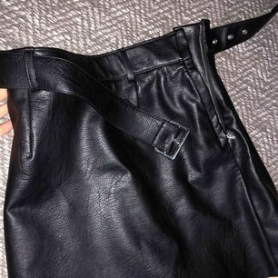 Skitsnygg läder/skinn kjol i bra kvalité. Använd 1 gång och nypris var 349! ❤️