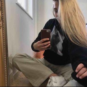 Trendig snygg hoodie köpt för 600 :- har sällan används och frakten ingår 💜