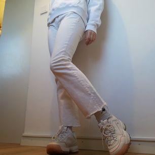 Vita cutoff jeans från Crocker i stl 30, tycker dock att de snarare är som en S/M i storleken. Kickflare modell. Säljs då de blivit för stora. Jag på bilden har stl XS och är 169 cm. Frakt 59 kr.