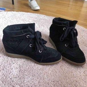 Jag säljer dessa sjukt fina skor, De har en liten klack på 3 cm, men skorna är sjukt bekväma, priser kan diskuteras! Det är bara att höra av sig, jag svarar så snabbt som möjligt❤️