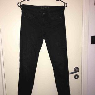 Ankellånga jeans från Zara med slitningar på ena knät och längst ner. Sköna och stretchiga!