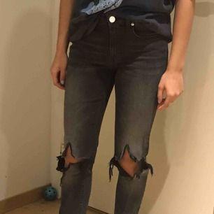 Ett par super snygga jeans från wool hundred! Har klippt hålen och slitsen själv💓