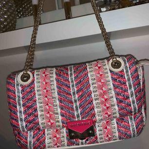 En äkta väska från Valentino by Mario Valentino.
