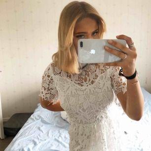 Finaste vita spetsklänningen från NAKD!!! Aldrig använd så därav priset. Nypris är 500kr!! Den är i storlek S och för stor för mig som är en 34-36 vanligtvis!! Passar säkert en 36-38🥰🤍🤍den är verkligen perfekt för student/skolavslutning!!