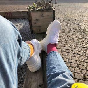 Helvita & helrätt - supersköna & lätta på foten, chunky sneakers är trenden nu! Använda ett par ggr mycket bra skick! Fått otaliga komplimanger för skorna :) storlek 41.  Kan postas, mottagare står för porto.  Använder helst Plick-pay i appen.
