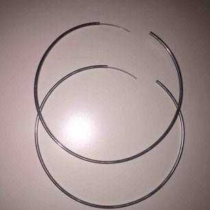 Basic runda silver örhängen säljs då de inte är min stil frakt tillkommer🥰