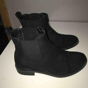 Boots i mocka, sparsamt använda. De är hela och fina. Är sprejade med skoskydd. Fraktkostnad tillkommer.