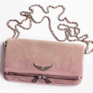 Zadig väska i mochatyg, beige färg som fadear till rosalila. Den såldes slut i butik o på hemsidan jättefort. Köpte den för 3800, säljer för 1800. Den är i bra skick! Dustbag o två korta kedjor medföljer, har inte kvar den långa.