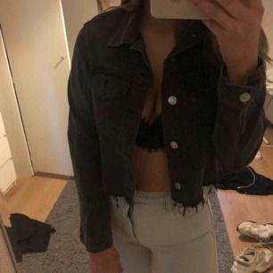 Avklippt svart grå jeansjacka ifrån bikbok. Använd men märks ej på skicket