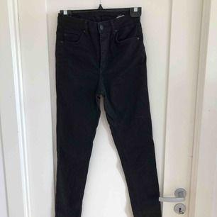 Säljer ett par jeans köpta på Cubus. Dom sitter tighta och är långa i benen. Använda fåtal gånger. Köparen står för frakt 🌸 ps. Smutsig spegel😊